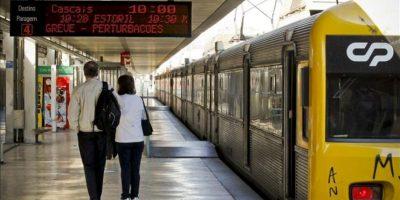 Varias personas esperan el tren en la estación de Cais do Sodre en Lisboa (Portugal) durante la jornada de huelga general hoy. EFE