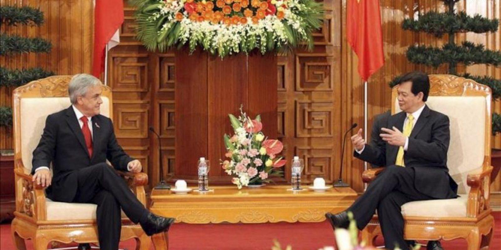 El presidente chileno, Sebastian Piñera (izda), se reúne con el primer ministro vietnamita, Nguyen Tan Dung (dcha), en la oficina del Gobierno en Hanoi (Vietnam). Piñera se encuentra en visita oficial de cinco días en el país asiático para fortalecer las relaciones bilaterales de las dos naciones. EFE