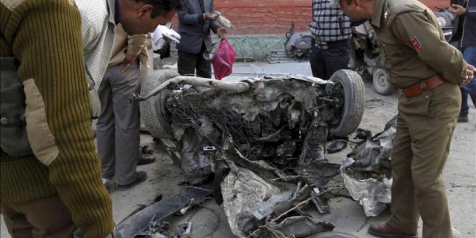 Soldados observan el estado en el que ha quedado un coche cercano al vehículo que ha explotado junto a un mercado de la localidad de Bijbehara, en la parte india de Cachemira, hoy, jueves, 22 de marzo de 2012, informó a Efe una fuente policial. La explosión ocurrió a primera hora de la tarde (hora local), mató a un civil y entre los heridos -dos de ellos en estado crítico-, hay siete civiles y tres miembros de las fuerzas de seguridad. EFE