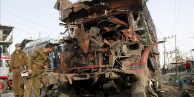 Soldados inspeccionan el lugar donde ha explotado un coche bomba junto a un mercado de la localidad de Bijbehara, en la parte india de Cachemira, hoy, jueves, 22 de marzo de 2012, informó a Efe una fuente policial. La explosión ocurrió a primera hora de la tarde (hora local), mató a un civil y entre los heridos -dos de ellos en estado crítico-, hay siete civiles y tres miembros de las fuerzas de seguridad. EFE