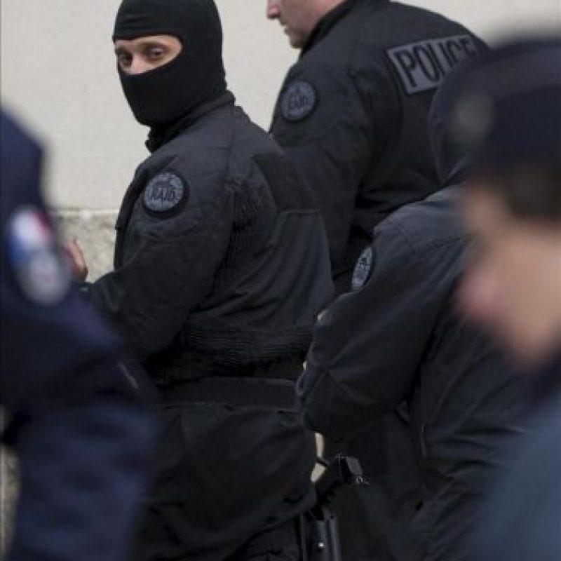 Agentes de los servicios especiales de intervención de la policía francesa abandonan la zona tras una operación en un barrio residencial de Toulouse, Francia, el 22 de marzo del 2012, donde se encontaba rodeado Mohamed Merah, el francés de origen argelino de 23 años y presunto autor de los siete asesinatos cometidos en esa región del sur de Francia.El asesino confeso de Toulouse murió tras saltar disparando por el balcón del apartamento, cuando se produjo el asalto policial a su piso. EFE