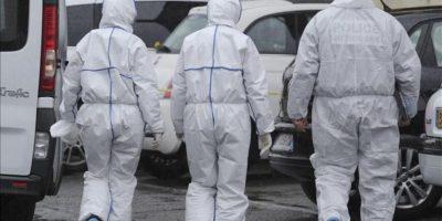"""Unos investigadores de la policía caminan en el exterior de la vivienda del asesino confeso de Toulouse, Mohamed Merah, en Toulouse, Francia, hoy, jueves 22 de marzo de 2012. Merah, francés de 23 años de origen argelino, murió hoy de un disparo en la cabeza durante el asalto policial a la casa donde se atrincheró durante más de 32 horas. Un grupo denominado """"El Ejército del Califato"""", vinculado a Al Qaeda, reivindicó hoy los asesinatos en un comunicado difundido en páginas web utilizadas habitualmente por los grupos islamistas. EFE"""
