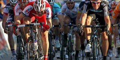El ciclista colombiano del equipo Sky Rigoberto Urán (d) se impone al sprint al ruso del Katusha Denis Menchov (i) en la cuarta etapa de la Volta Ciclista a Catalunya, que recorrió 199 kilómetros entre las localidades de Tremp y Ascó. EFE