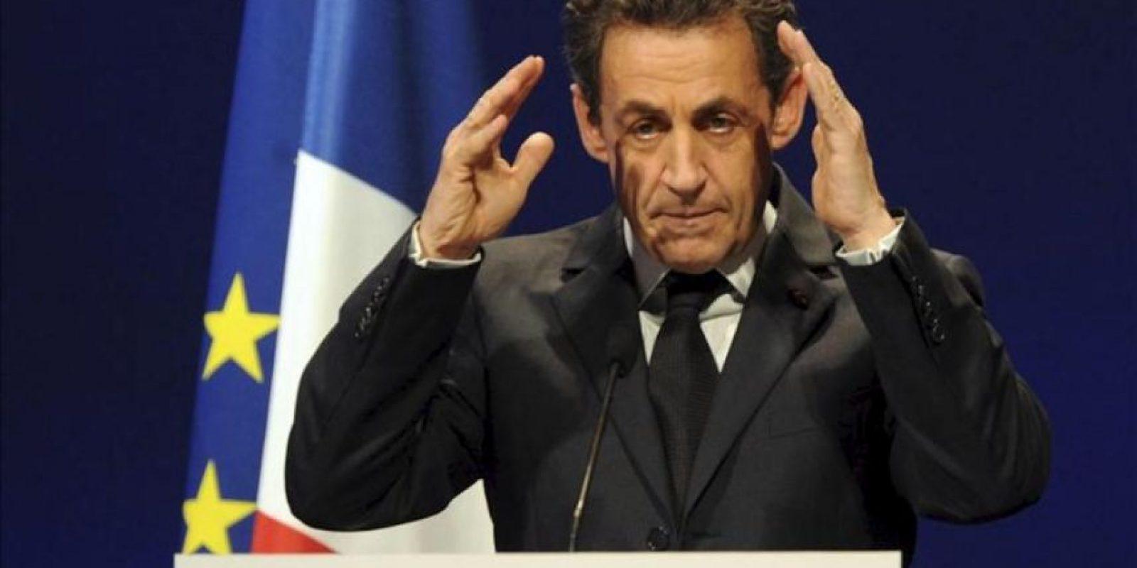 """El primer ministro francés, Nicolás Sarkozy, participa en su primer acto de campaña desde que el pasado lunes se cancelaran temporalmente todas las actividades relacionadas con los comicios de abril y mayo próximos, tras la matanza de Toulouse, en Estrasburgo, Francia, hoy, jueves 22 de marzo de 2012. Durante este acto, Sarkozy calificó de """"monstruo"""" y de """"fanático"""" a Mohamed Merah, el asesino confeso de Toulouse que hoy fue abatido en el operativo desplegado para capturarle. EFE"""