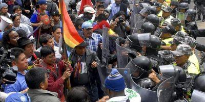Policías custodian la marcha liderada por indígenas en protesta contra la minería a gran escala autorizada por el Gobierno de Ecuador en Quito (Ecuador). EFE