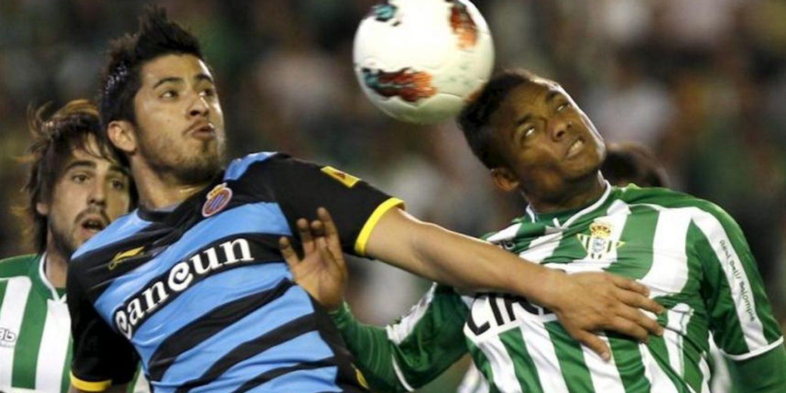 El delantero uruguayo del Espanyol Juan Ángel Albín (i) y el jugador portugués del Betis Nelson Augusto, luchan por un balón durante el partido, correspondiente a la vigésimo novena jornada de Liga de Primera División en el estadio Benito Villamarín. EFE