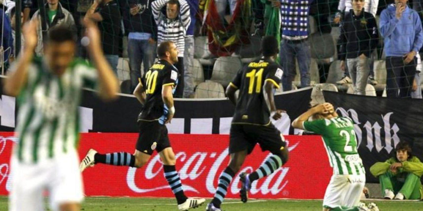 El delantero uruguayo Walter Pandiani (2i) celebra el gol del empate ante el Betis durante el partido, correspondiente a la vigésimo novena jornada de Liga de Primera División, que disputaron ambos equipos en el estadio Benito Villamarín. EFE