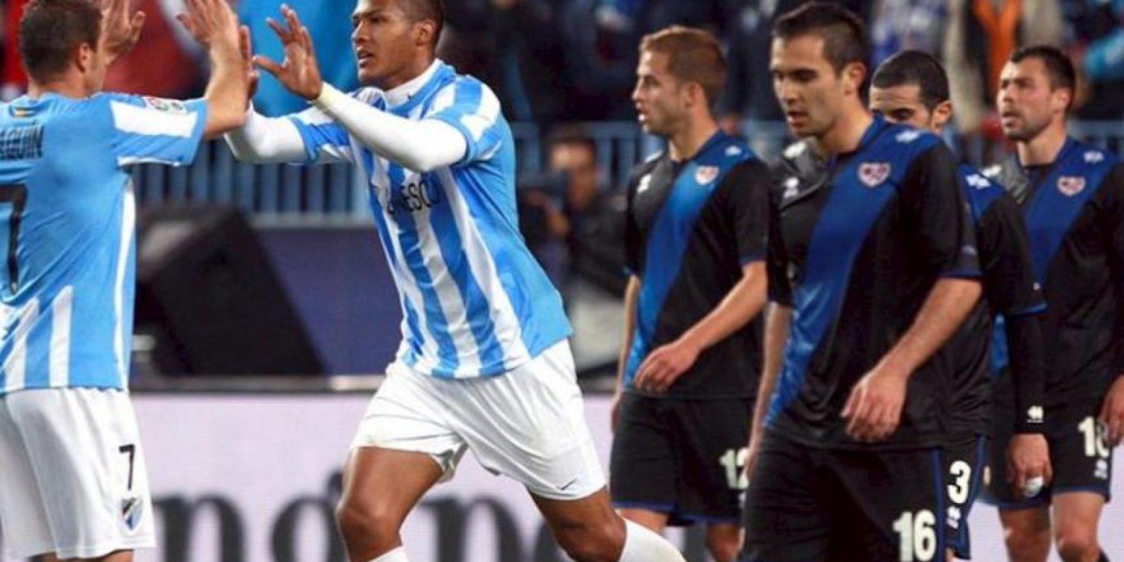 Los jugadores del Málaga, el centrocampista Joaquín (i) y el delantero venezolano, José Salomón Rondón (2i), celebran el primer gol del equipo malacitano, ante los jugadores del Rayo Vallecano, durante el partido correspondiente a la vigésima novena jornada de Primera División, que disputaron en el estadio de la Rosaleda en Málaga. EFE