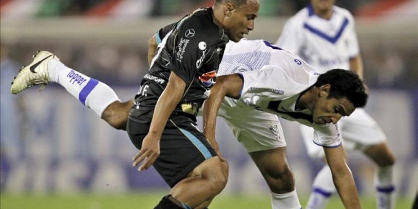 Victor Zapata (d) de Vélez y Benito Olivo González (i) de Deportivo Quito de Ecuador luchan por el balón durante el partido de segunda fase de la Copa Libertadores de América, disputado en el estadio José Amalfitani del club Vélez Sarsfield en Buenos Aires (Argentina). EFE