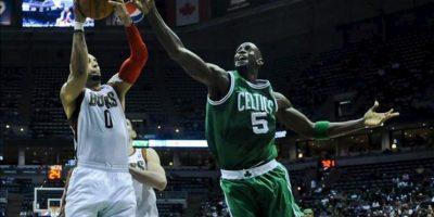 El jugador de los Bucks Drew Gooden (i) disputa un rebote ante Kevin Garnett (d) de los Celtics, durante el juego de la NBA en el Bradley Center de Milwaukee, Wisconsin (EE.UU.). EFE