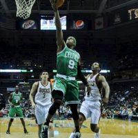 El jugador de los Celtics Rajon Rondo (C) lanza ante Ersan Ilyasova (i) de los Bucks, durante el juego de la NBA en el Bradley Center de Milwaukee, Wisconsin (EE.UU.). EFE