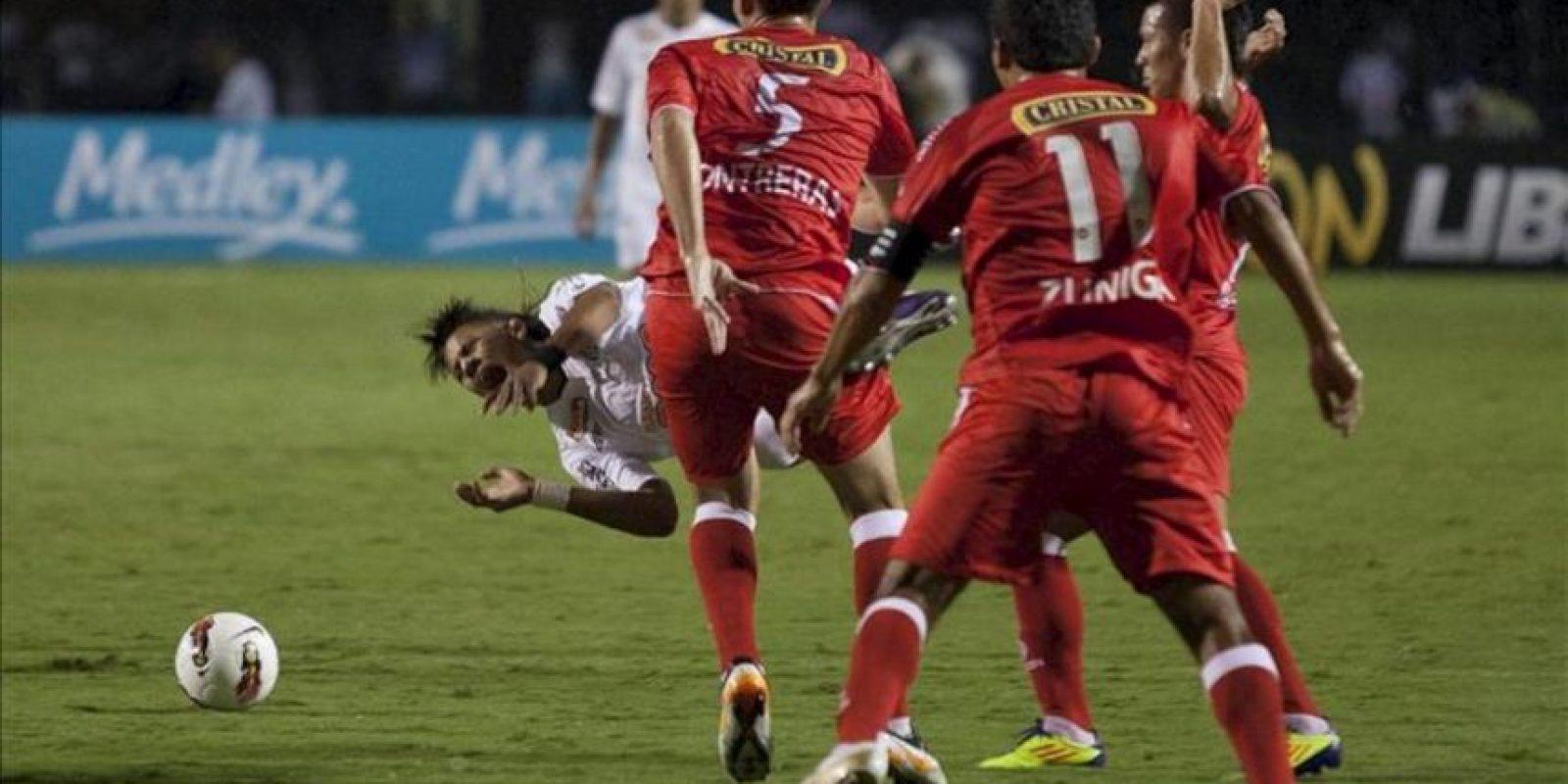 El jugador del Santos de Brasil Neymar (i) disputa el balón con el guardameta Alfredo Rojas (c) de Juan Aurich de Perú, durante el juego de la Copa Libertadores en el estadio Pacaembú de Sao Paulo (Brasil). EFE