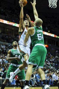 El jugador de los Bucks Carlos Delfino (c) disputa el balón con Greg Stiemsma (d) y Paul Pierce (i) de los Celtics, durante el juego de la NBA en el Bradley Center de Milwaukee, Wisconsin (EE.UU.). EFE