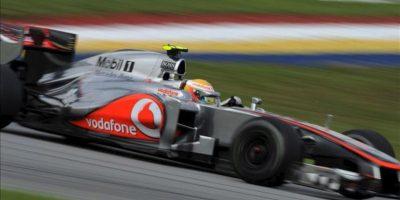 El piloto británico Lewis Hamilton (McLaren Mercedes) conduce HOY su monoplaza durante la primera sesión de entrenamientos libres previa al Gran Premio de Malasia en el circuito de Sepang, a las afueras de Kuala Lumpur, Malasia. EFE