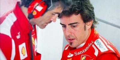 El piloto español Fernando Alonso (Ferrari) (d) habla hoy con un miembro de su escudería, durante los entrenamientos libres previos al Gran Premio de Malasia en el circuito de Sepang, a las afueras de Kuala Lumpur, Malasia. EFE