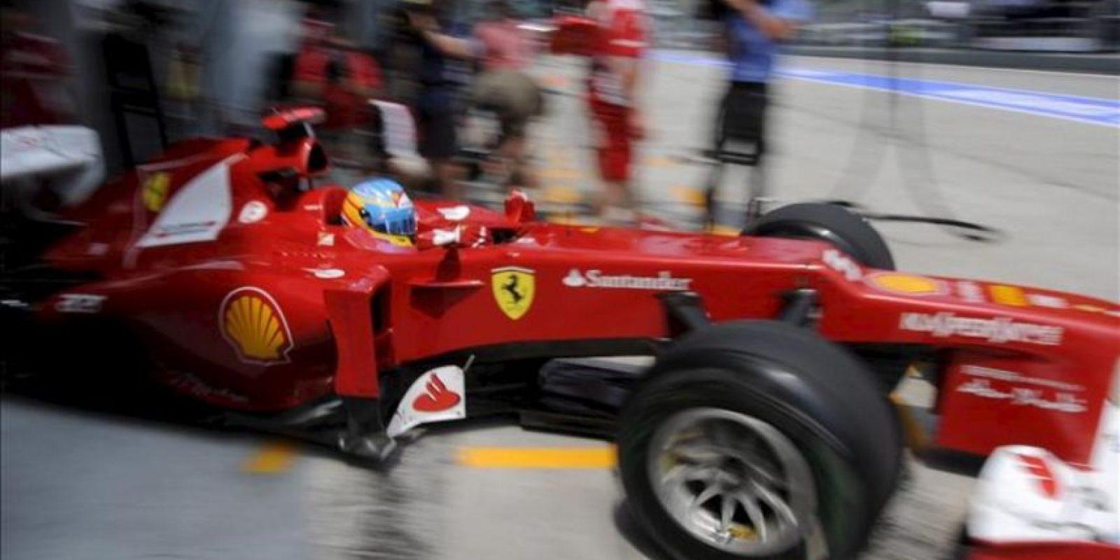 El piloto español Fernando Alonso (Ferrari) sale del garaje de su escudería durante la segunda sesión de entrenamientos libres previa al Gran Premio de Malasia en el circuito de Sepang, a las afueras de Kuala Lumpur, Malasia. El Gran Premio de Malasia, segunda prueba del Mundial de Fórmula Uno, se disputa el próximo domingo. EFE