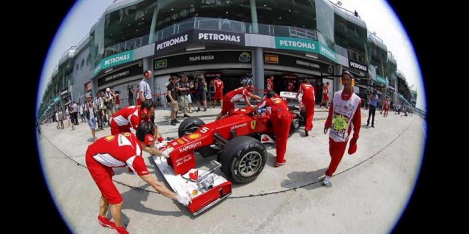 El piloto español Fernando Alonso (Ferrari), a bordo de su monoplaza durante la primera sesión de entrenamientos libres previa al Gran Premio de Malasia en el circuito de Sepang, a las afueras de Kuala Lumpur, Malasia. El Gran Premio de Malasia, segunda prueba del Mundial de Fórmula Uno, se disputa el próximo domingo. EFE