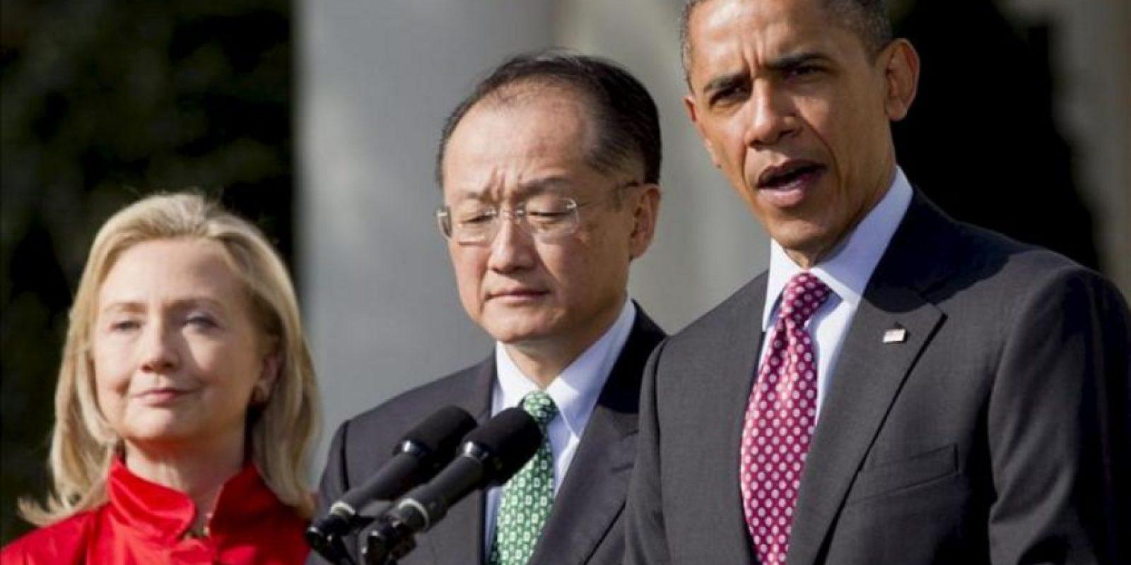 El presidente de los Estados Unidos, Barack Obama, (d), y acompañado por la secretaria de Estado, Hillary Clinton (i), presenta a Jim Yong Kim (2-i) como candidato a presidir el Banco Mundial, durante un acto en la Rosaleda de la Casa Blanca, en Washington (EE.UU.). EFE