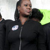 Sybrina Fulton, madre del joven asesinado Trayvon Martin, en Fort Mellon Park, en Sanford (EEUU), ayer, 22 de marzo, donde miles de personas se manifestaron para reclamar la detención de George Zimmerman, un vigilante que confesó haber matado al adolescente desarmado. EFE