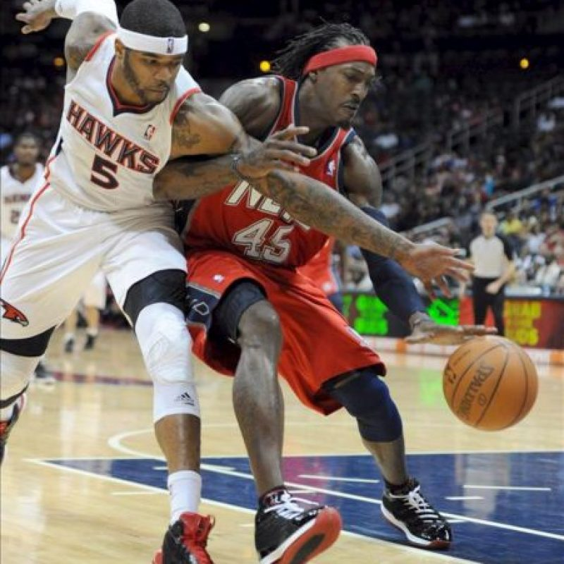 Josh Smith (i) de los Atlanta Hawks en acción ante Gerald Wallace de los New Jersey Nets durante un partido de la NBA disputado, en el Philips Arena en Atlanta, Georgia (EE.UU.). EFE