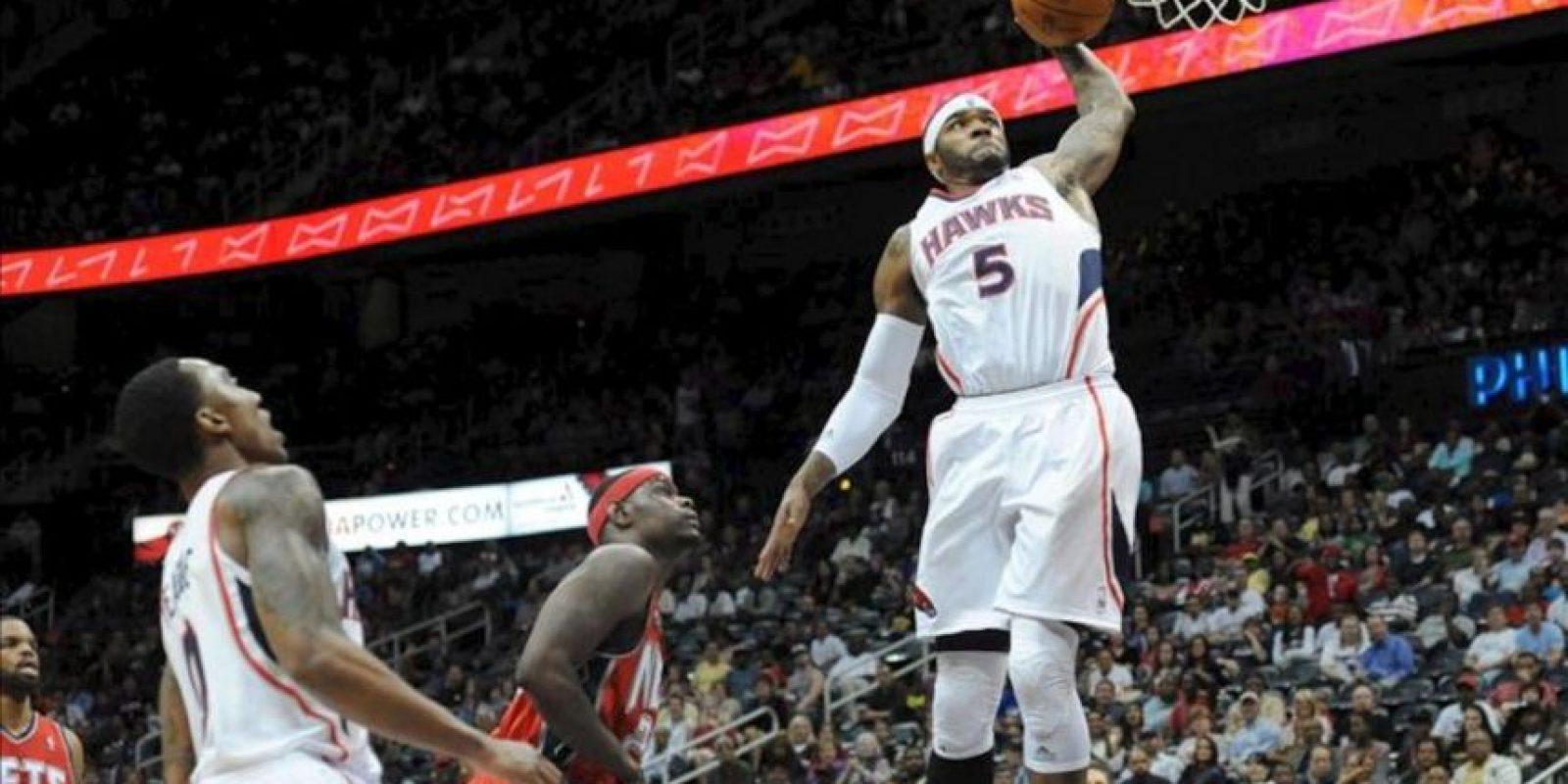 Josh Smith (d) de los Atlanta Hawks encesta ante Anthony Morrow (c) de los New Jersey Nets durante un partido de la NBA disputado, en el Philips Arena en Atlanta, Georgia (EE.UU.). EFE