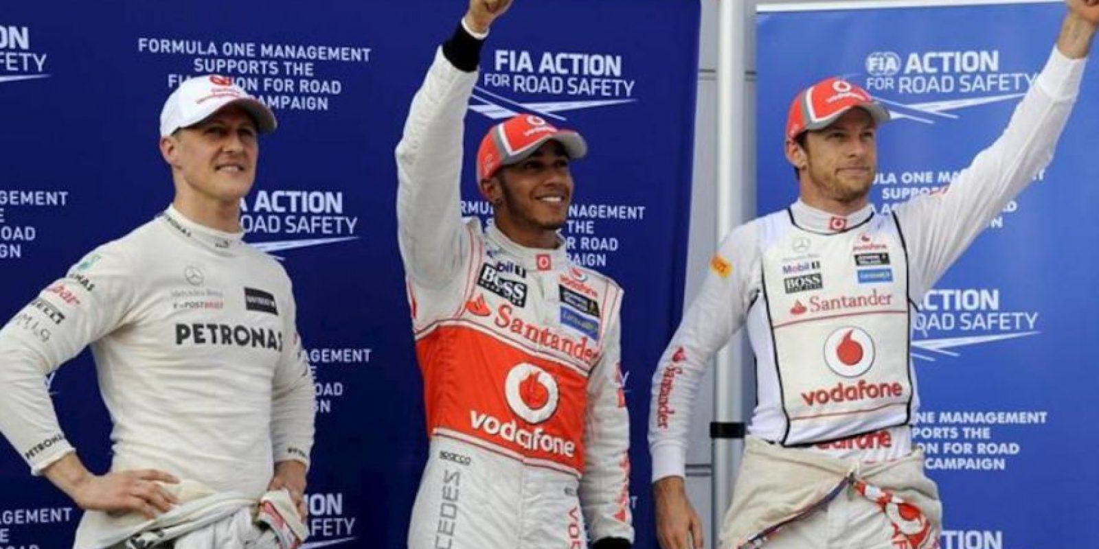 El piloto Michael Schumacher (i), de Mercedes, junto a los británicos Jenson Button (d) y Lewis Hamilton, de McLaren, tras la tercera sesión de entrenamientos en el circuito de Sepang (Malasia). EFE