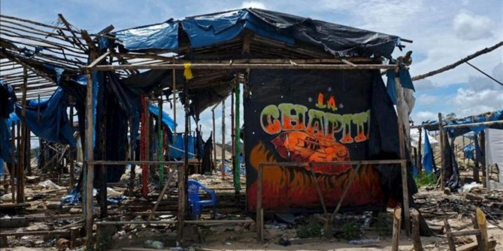 """Aspecto de los restos de un prostíbulo, en lo que fuera un campamento de mineros ilegales del sector denominado """"La Pampa"""", abandonado por sus habitantes luego de terminar de extraer oro de la zona, cerca de la Reserva Nacional de Tambopata, en Madre De Dios (Perú), el 21 de marzo de 2012. EFE"""