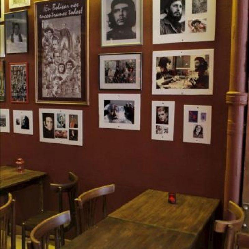 """Fotografía sin fecha disponible este sábado que muestra un aspecto de """"El Revolucionario"""", el """"bar político"""" abierto en la sede de la Asociación de Madres de la Plaza de Mayo, en Buenos Aires (Argentina), que pretende convertirse en un """"espacio de discusión"""" cargado de referencias a mitos argentinos como Evita o Ernesto """"Che"""" Guevara. EFE"""