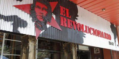 """Fotografía sin fecha disponible este sábado que muestra el anuncio de """"El Revolucionario"""", el """"bar político"""" abierto en la sede de la Asociación de Madres de la Plaza de Mayo, en Buenos Aires (Argentina), que pretende convertirse en un """"espacio de discusión"""" cargado de referencias a mitos argentinos como Evita o Ernesto """"Che"""" Guevara. EFE"""