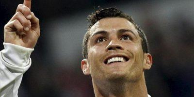 El delantero portugués del Real Madrid Cristiano Ronaldo celebra su segundo gol, quinto de su equipo, durante el partido, correspondiente a la trigésima jornada de Liga de Primera División, que disputó el conjunto blanco con la Real Sociedad en el estadio Santiago Bernabéu. EFE