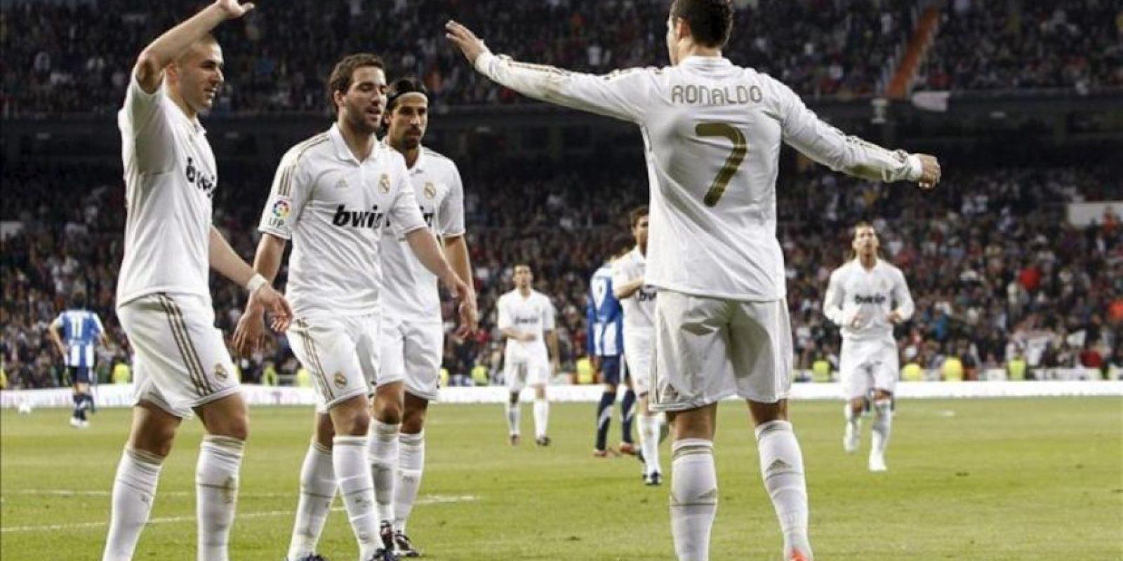 El delantero portugués del Real Madrid Cristiano Ronaldo (d) celebra su segundo gol, quinto de su equipo, junto a sus compañeros Karim Benzema, Gonzalo Higuaín y Sami Khedira (izq-dcha) durante el partido, correspondiente a la trigésima jornada de Liga de Primera División, que disputó el conjunto blanco con la Real Sociedad en el estadio Santiago Bernabéu. EFE