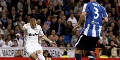 El delantero francés del Real Madrid Karim Benzema (i) controla el balón en presencia del defensa de la Real Sociedad Mikel González, durante el partido, correspondiente a la trigésima jornada de Liga de Primera División, que se disputó en el estadio Santiago Bernabéu. EFE
