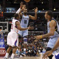 El jugador de Los Angeles Clippers, Chris Paul (i), lucha por la pelota ante Gilbert Arenas de los Memphis Grizzlies, (c) durante el partido de la NBA disputado en el estadio Staples Center en Los Angeles, California, Estados Unidos. EFE