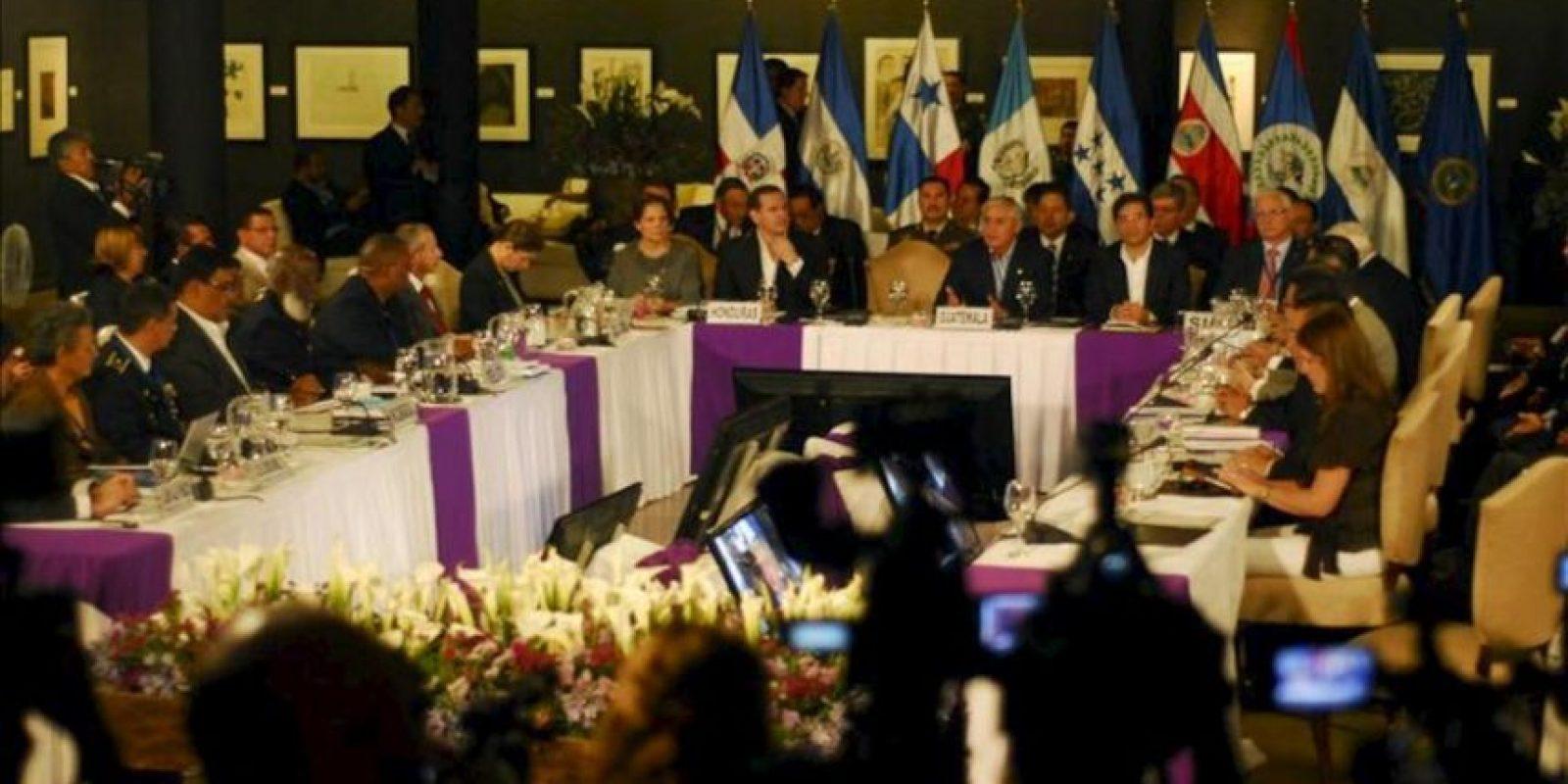 """Representantes centroamericanos participan en la Cumbre centroamericana """"Nuevas rutas contra el narcotráfico"""" en un hotel de Antigua (Guatemala). EFE"""