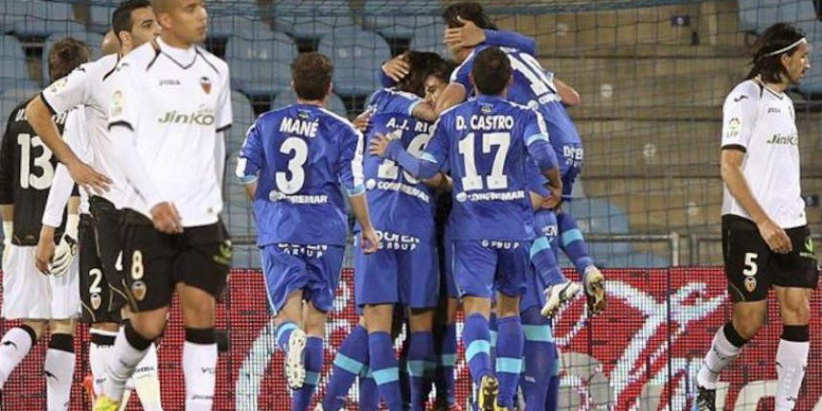 Los jugadores del Getafe CF celebran el primer gol, anotado por Pedro Ríos, durante el partido, correspondiente a la trigésima jornada de Liga de Primera División en el Coliseum Alfonso Pérez. EFE