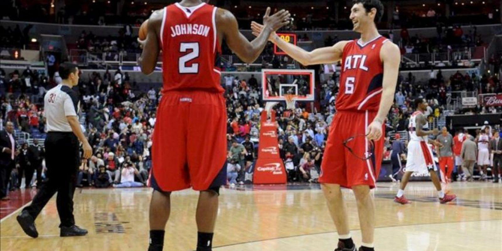 Los jugadores Joe Johnson (i) y Kirk Hinrich (d) de Atlanta Hawks celebran después de vencer a Washington Wizards, durante un partido de la NBA en el Verizon Center en Washington (EE.UU.).