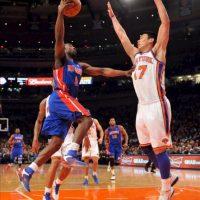 El jugador Ben Gordon (i) Detroit Pistons salta para encestar sobre Jeremy Lin (d) de New York Knicks, en un partido de la NBA disputado en el Madison Square Garden en Nueva York (EE.UU.). EFE