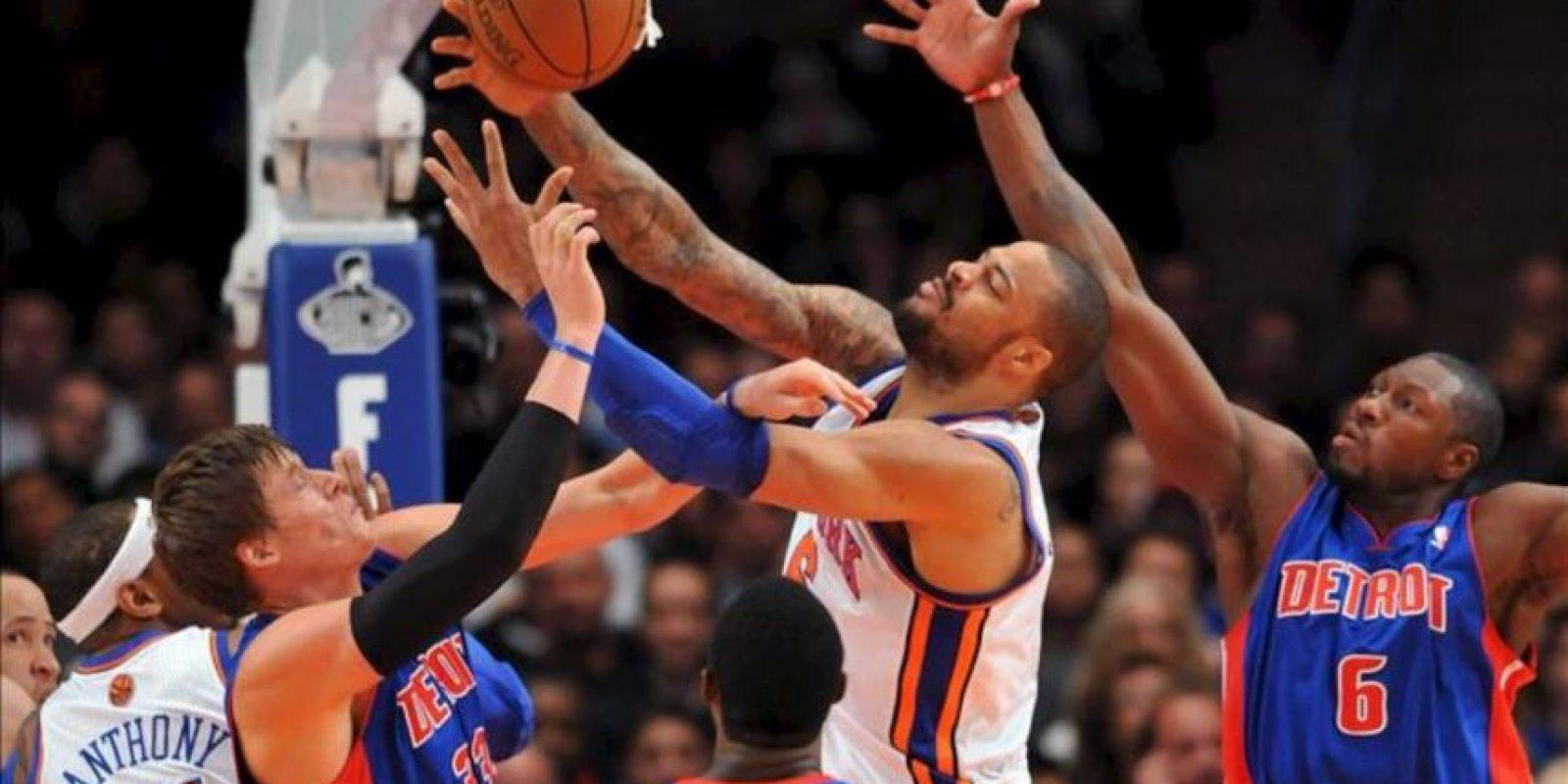 El jugador Tyson Chandler (c) de New York Knicks intenta atrapar el balón frente a Jonas Jerebko (i) y Ben Wallace de Detroit Pistons, durante un partido de la NBA disputado en el Madison Square Garden en Nueva York (EE.UU.). EFE