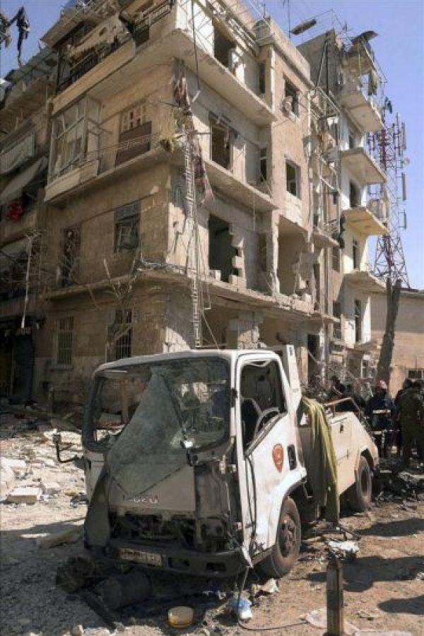 Fotografía facilitada por la agencia oficial Sana que muestra a oficiales de seguridad inspeccionando el lugar donde se produjo una explosión en un área residencial de Al-Sulaimanya en Alepo (Siria) el pasado 18 de marzo. EFE/Archivo