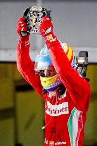 El piloto español de Fórmula Uno Fernando Alonso, de la escudería Ferrari, celebra hoy su victoria en el Gran Premio de Malasia celebrado en el circuito de Sepang, en Kuala Lumpur (Malasia). EFE