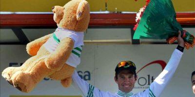 El ciclista suizo del Greenedge Michael Albasini posa en el podio tras imponerse en la Volta Ciclista a Catalunya al término de séptima y última etapa disputada hoy entre Badalona y Barcelona. EFE