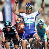 El ciclista francés del equipo Saur-Sojasun Julien Simon (c) levanta los brazos tras imponerse en la séptima y última etapa de la Volta a Catalunya disputada entre Badalona y Barcelona. EFE