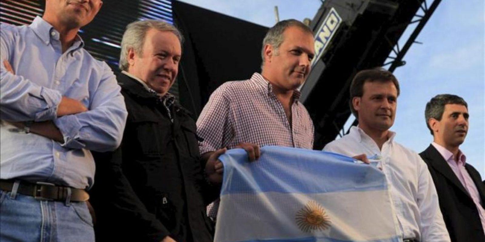 En la imagen, el gobernador de la provincia de Santa Cruz, Daniel Peralta (i), y de la provincia de Chubut Martín Buzzi (d), participan junto a otras autoridades en el acto en que se retiraron las licencias para explorar hidrocarburos en cuatro áreas de sus provincias, a la petrolera YPF. EFE/Archivo