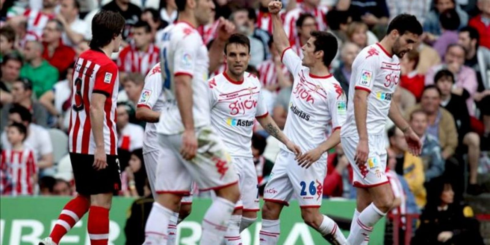 Los jugadores del Sporting de Gijón celebran el gol del empate ante el Athletic de Bilbao durante el partido, correspondiente a la trigésima jornada de Liga de Primera División, que han disputado ambos equipos en el estadio de San Mamés. EFE