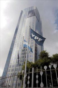 Vista general de las instalaciones de la petrolera YPF, controlada por la española Repsol en Buenos Aires. EFE
