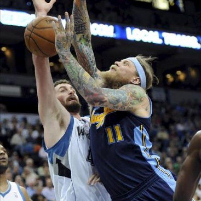 El jugador de los Nuggets de Denver Chris Anderson (d) intenta un lanzamiento ante Kevin Love (i) de los Timberwolves de Minnesota, durante su partido de la NBA en el Target Center en Minneapolis, Minnesota (EE.UU.). EFE