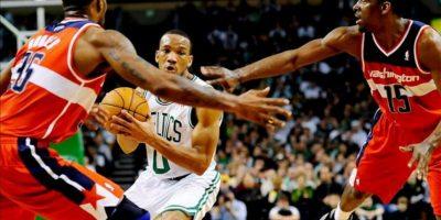 El jugador Avery Bradley (c) de Boston Celtics intenta pasar la bola entre los jugadores Trevor Booker (i) y Jordan Crawford (d) de Washington Wizards, durante un juego de la NBA celebrado en Massachusetts (EE.UU.). EFE
