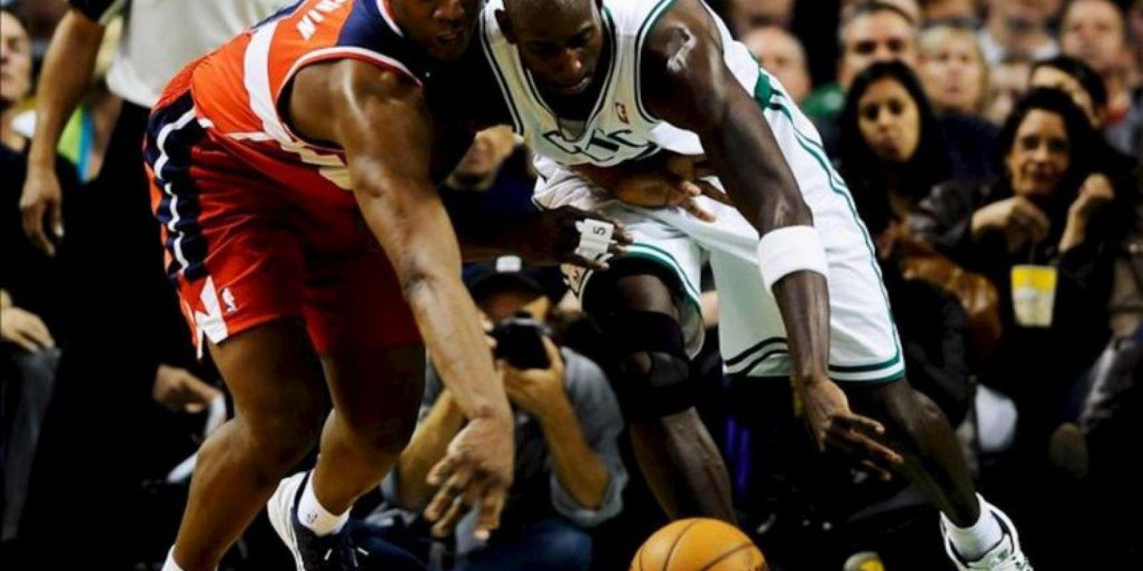 El atacante francés Kevin Seraphin (i) de Washington Wizards busca una bola con el atacante Kevin Garnett (d) de Boston Celtics, durante un juego de la NBA celebrado en Massachusetts (EE.UU.). EFE