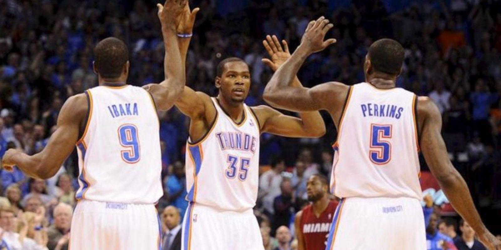 Los jugadores Kevin Durant (c), Serge Ibaka (i) y Kendrick Perkins (d) de los Oklahoma City Thunder celebran un punto ante los Miami Heat, en un juego de la NBA en el Chesapeake Energy Arena en Oklahoma City (EE.UU.). EFE