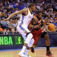El jugador LeBron James (d) de Miami Heat dribla junto a Kevin Durant (i) de Oklahoma City Thunder, durante un juego de la NBA en Chesapeake Energy Arena en Oklahoma City (EE.UU.). EFE